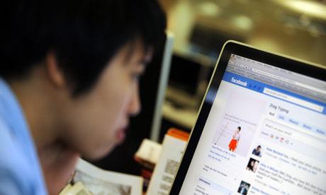 student-using-social-media